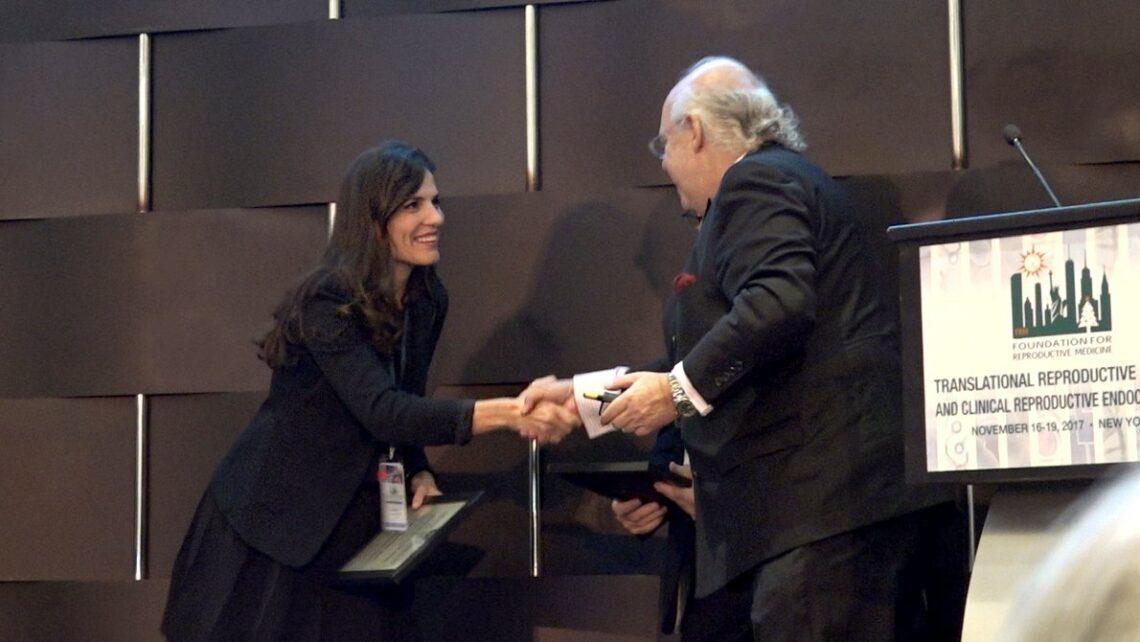 Die Gynäkologin Frau Dr. Andrea Bernabeu erhählt den Preis für junge Forchern